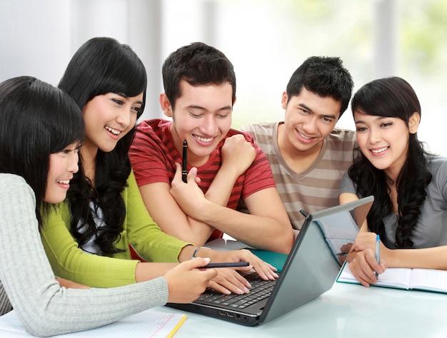 Grupo de jovens estudantes