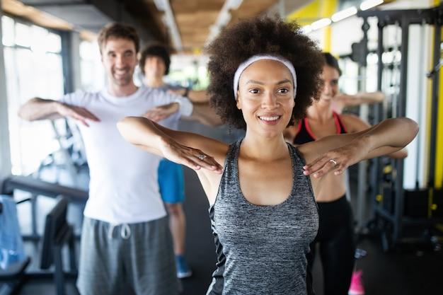 Grupo de jovens fazendo exercícios no clube de fitness