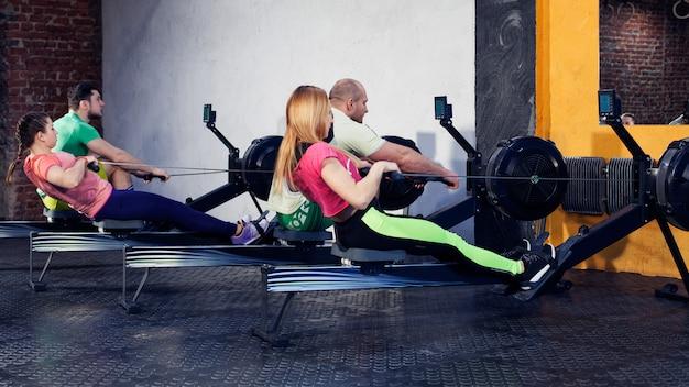 Grupo de jovens fazendo exercícios