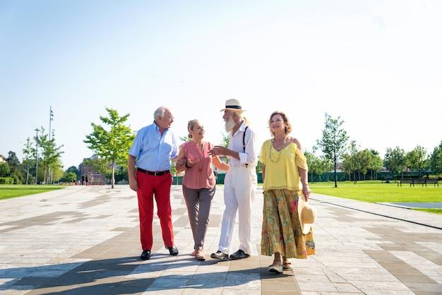 Grupo de jovens idosos se divertindo ao ar livre