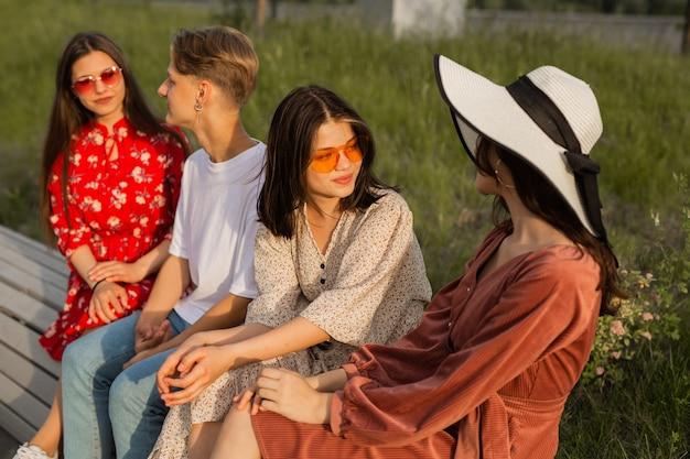 Grupo de jovens lindos sentados no parque