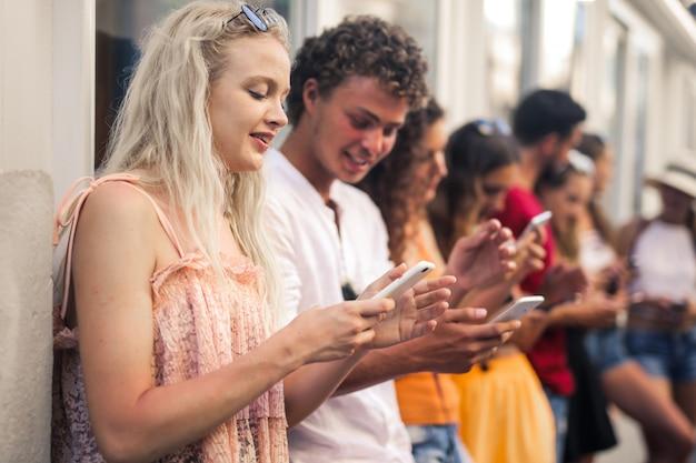 Grupo de jovens mensagens de texto