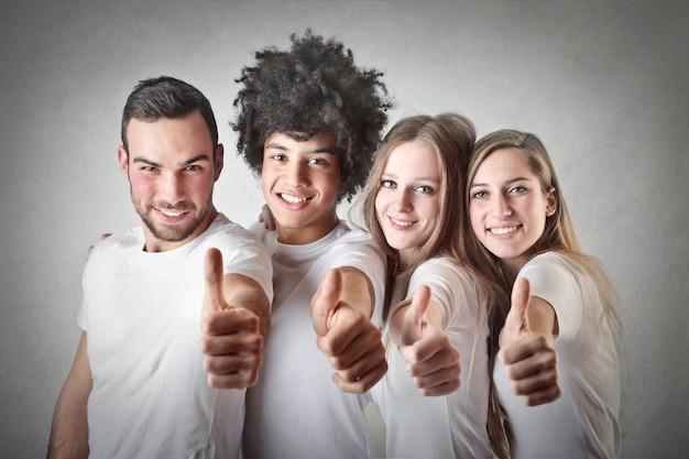Grupo de jovens mostrando ok