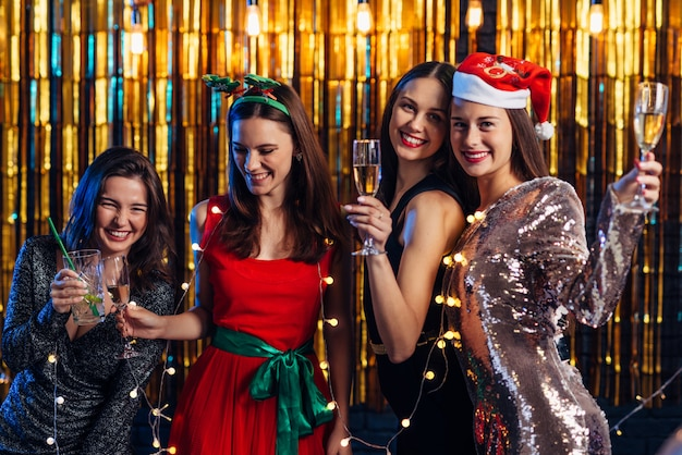 Grupo de jovens mulheres comemorando o ano novo.