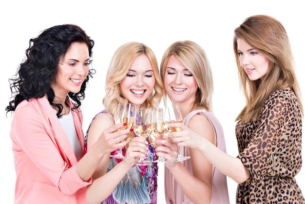 Grupo de jovens mulheres felizes em festa e bebendo vinho - isolado no branco
