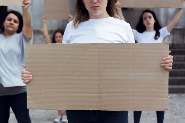 Grupo de jovens mulheres marchando por direitos iguais