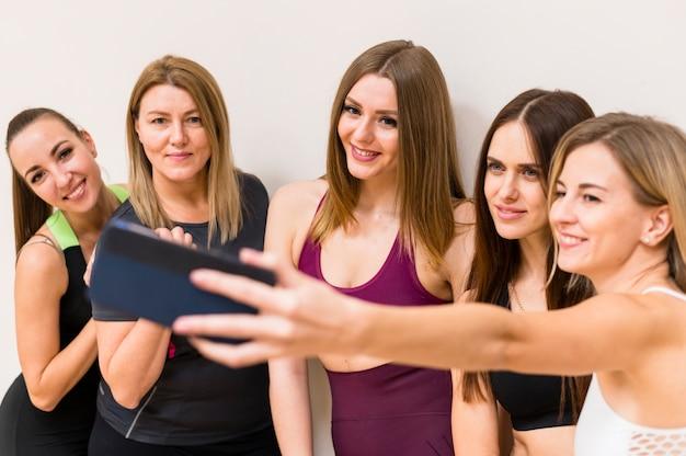 Grupo de jovens mulheres tomando uma selfie