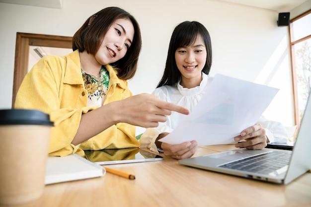 Grupo de jovens negócios se encontram e criam acordos sobre laptop na organização. líder do empresário no escritório. projetos de sucesso e parabéns.