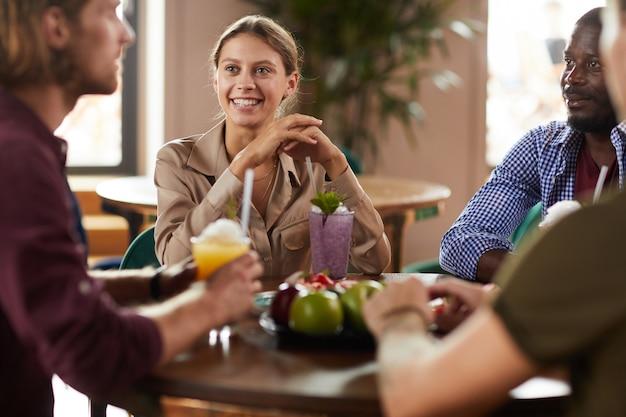 Grupo de jovens no almoço
