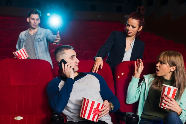 Grupo de jovens no cinema