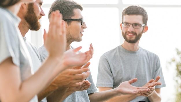 Grupo de jovens ouvindo palestra no centro de negócios