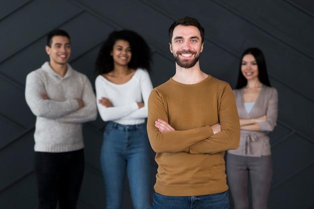 Grupo de jovens posando juntos