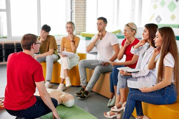 Grupo de jovens pratica treinamento de primeiros socorros