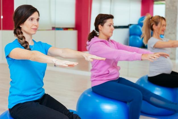 Grupo de jovens praticando ioga em uma clínica de saúde
