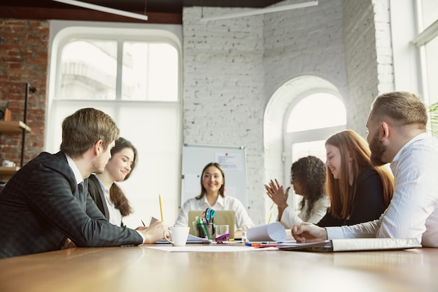 Grupo de jovens profissionais de negócios em uma reunião, escritório criativo