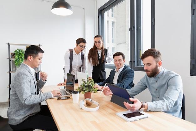 Grupo de jovens profissionais trabalhando juntos