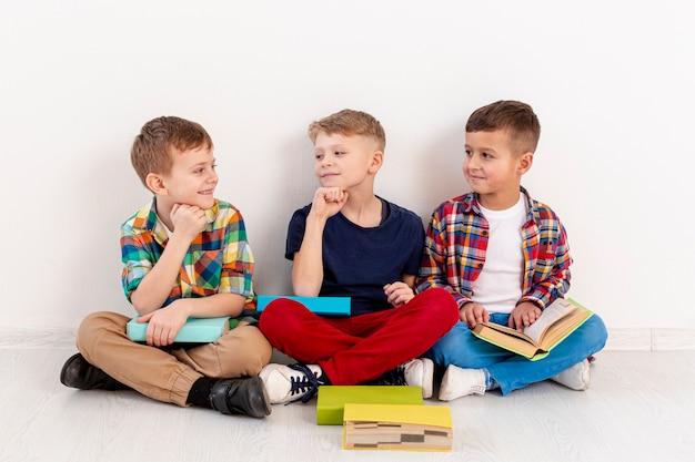 Grupo de jovens rapazes no evento do dia do livro