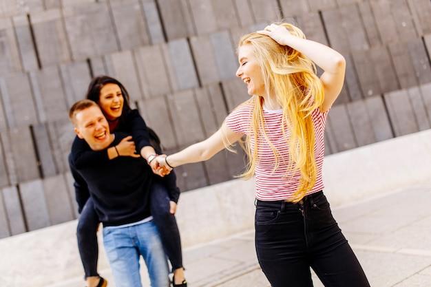 Grupo de jovens se divertindo ao ar livre