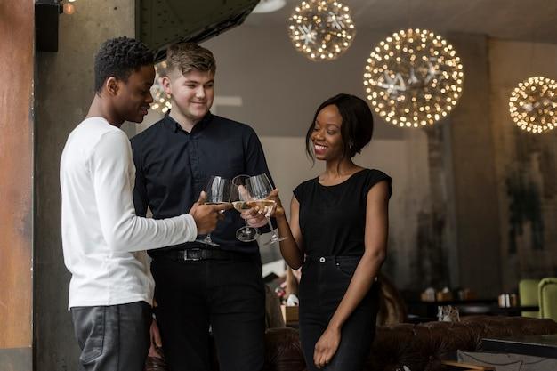 Grupo de jovens tomando vinho juntos