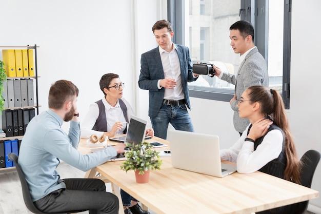 Grupo de jovens trabalhando juntos