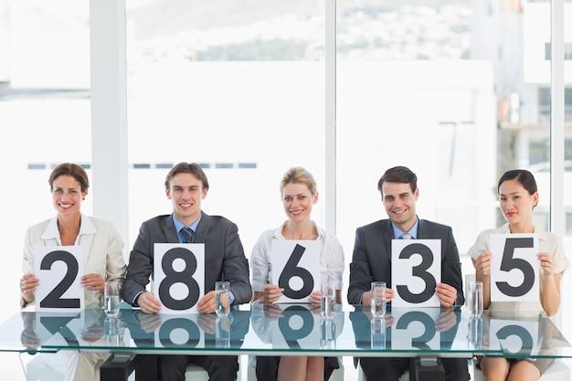 Grupo de juízes de painel com sinais de pontuação