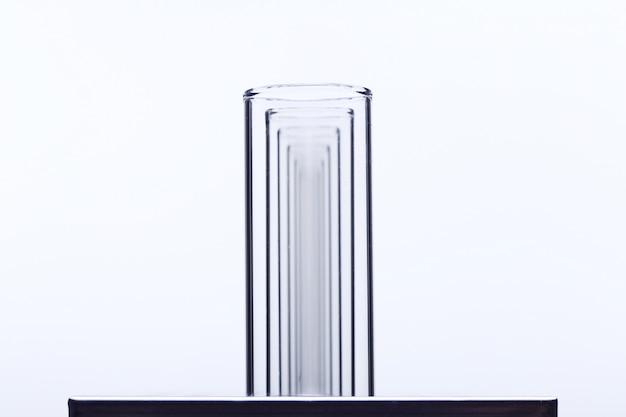 Grupo de laboratório vazio de tubo de vidro no suporte de aço inoxidável