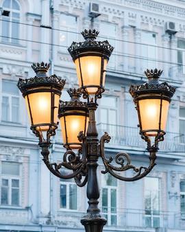 Grupo de lâmpadas de rua brilhantes em uma coluna que ilumina uma rua