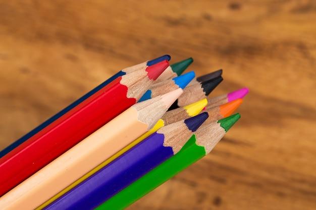 Grupo de lápis coloridos na mesa