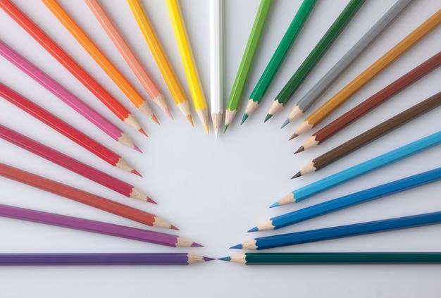 Grupo de lápis de cor colorida em forma de coração