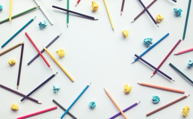 Grupo de lápis e papel colorido amassado com o fundo do espaço de cópia. conceitos de ideias de educação e criatividade empresarial