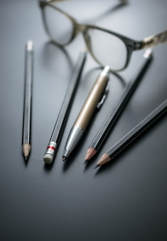 Grupo de lápis no foco do quadro-negro na borracha de lápis