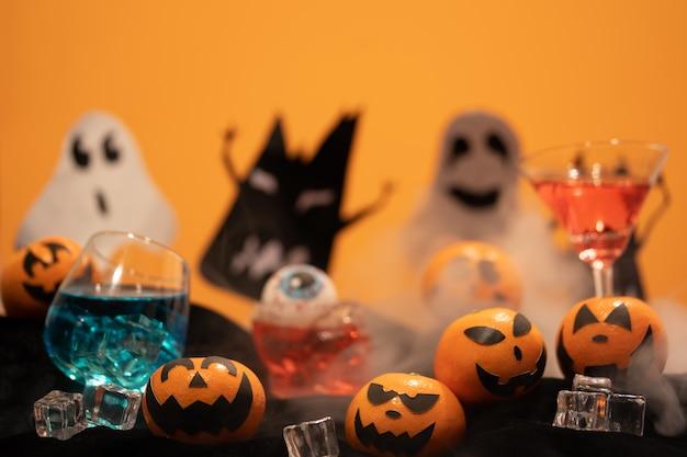 Grupo de laranjas enfrentam pintura com assustadores e olho bolas na festa de halloween