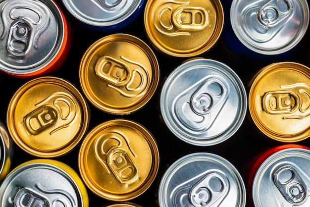 Grupo de latas de alumínio, bebida fria. vista do topo.