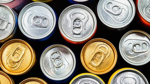 Grupo de latas de alumínio, bebida gelada. vista do topo.