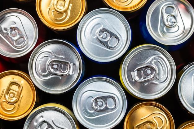 Grupo de latas de alumínio, bebida gelada