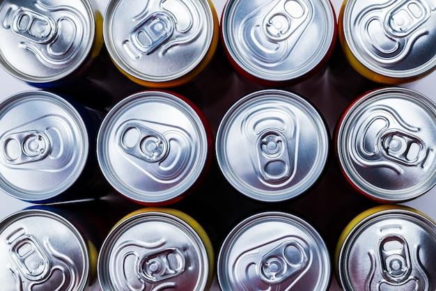 Grupo de latas de alumínio, bebida gelada.
