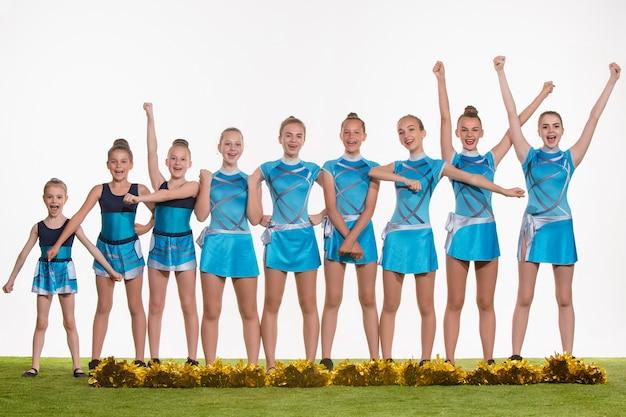 Grupo de líderes de torcida adolescentes posando em branco