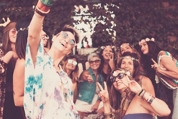 Grupo de lindas amigas brancas comemorando e tirando uma selfie com muitos sorrisos