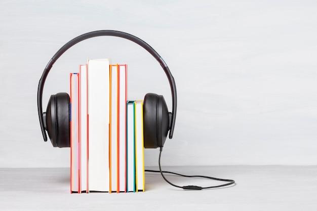 Grupo de livros com os fones de ouvido. audiobooks conceito