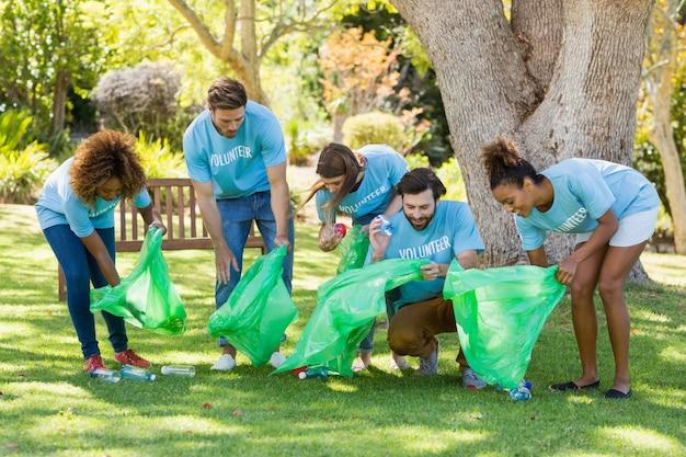 Grupo de lixo coletando voluntário