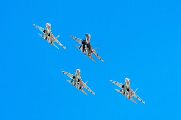 Grupo de lutador avião a jato sol brilhar no céu azul.