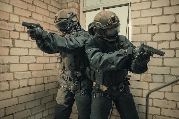 Grupo de lutadores das forças especiais invadem o prédio através da janela alpinistas. mídia mista