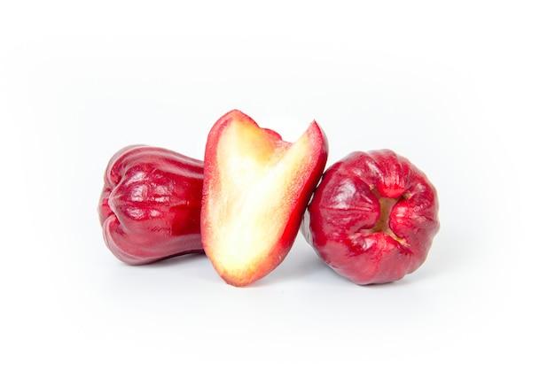 Grupo de maçã rosa ou maçã java em fundo branco.