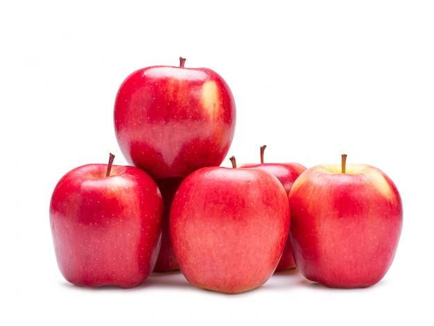 Grupo de maçã vermelha isolada na parede branca com trajeto de grampeamento.