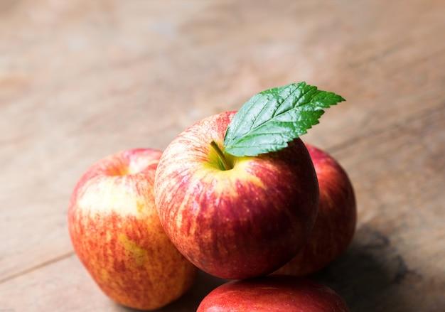 Grupo de maçã vermelha na mesa de madeira, fundo de maçã vermelha