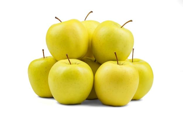 Grupo de maçãs amarelas isoladas em branco formando um grupo amontoado