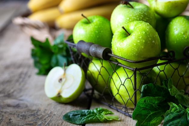 Grupo de maçãs verdes saudáveis, bananas e hortelã são ingredientes para um smoothie. desintoxicação, dieta, saudável, conceito de comida vegetariana.