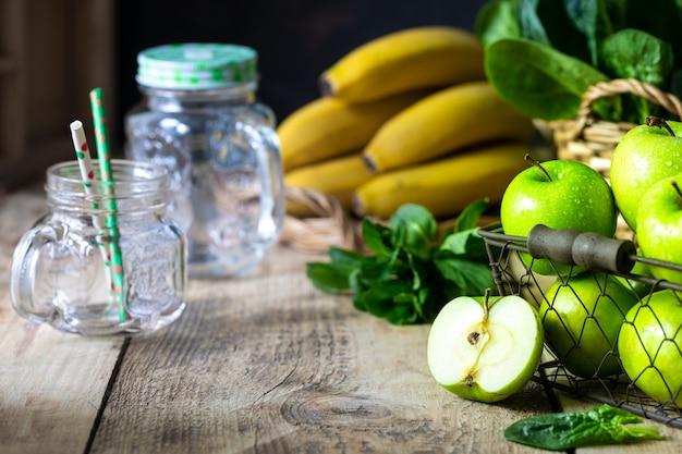 Grupo de maçãs verdes saudáveis, espinafre, banana e hortelã são ingredientes para um smoothie. desintoxicação, dieta, saudável, conceito de comida vegetariana.