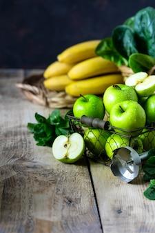 Grupo de maçãs verdes saudáveis, espinafre, banana e hortelã são ingredientes para um smoothie