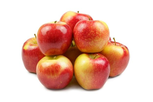 Grupo de maçãs vermelhas isoladas em branco formando um grupo amontoado